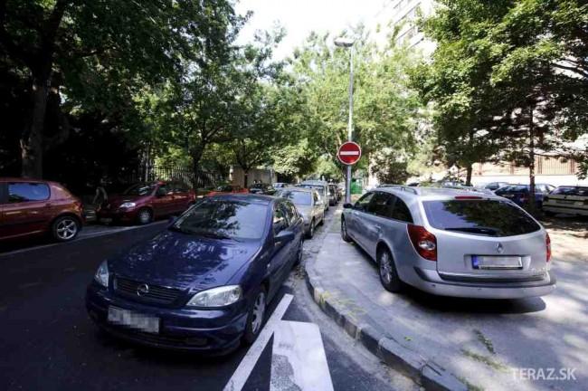 Poslanci Petržalky pre súťaž na parkovanie dali podnet na ÚVO a NKÚ